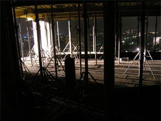 В зимнее время, при монолитном строительстве, подпорки должны стоять минимум на 2х верхних этажах