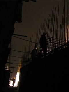 Люди и здание в ночное время выглядят готично