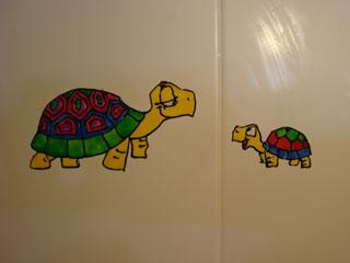 Переводные картинки на плитке в ванной. Разноцветные черепашки.