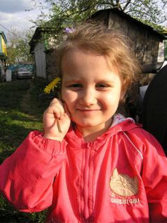 Кристина нюхает цветы и украшает ими волосы