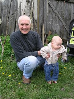 Дед Саша помагает Луке ходить и прыгать