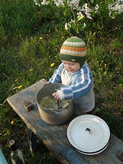 Лука нашел кастрюлю с картошкой и принялся за еду
