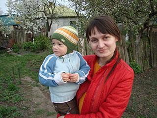 Лука развлекается с мамой