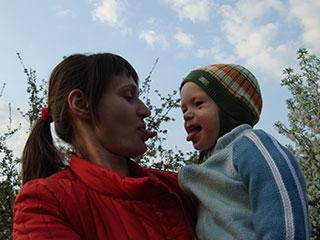 Лука развлекается с мамой в селе Пуховка