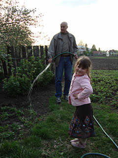 Поливаем смородину и цветы селе Пуховка