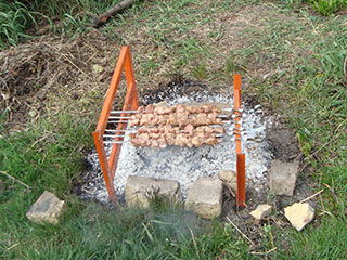 Сразу начали готовить шашлыки. Получились очень вкусные!