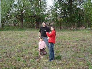 Оксана управляет воздушным змеем в селе Пуховка